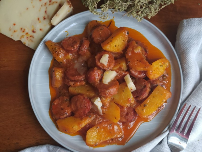 πατάτες-γιαχνί-με-λουκάνικο-χωριάτικο